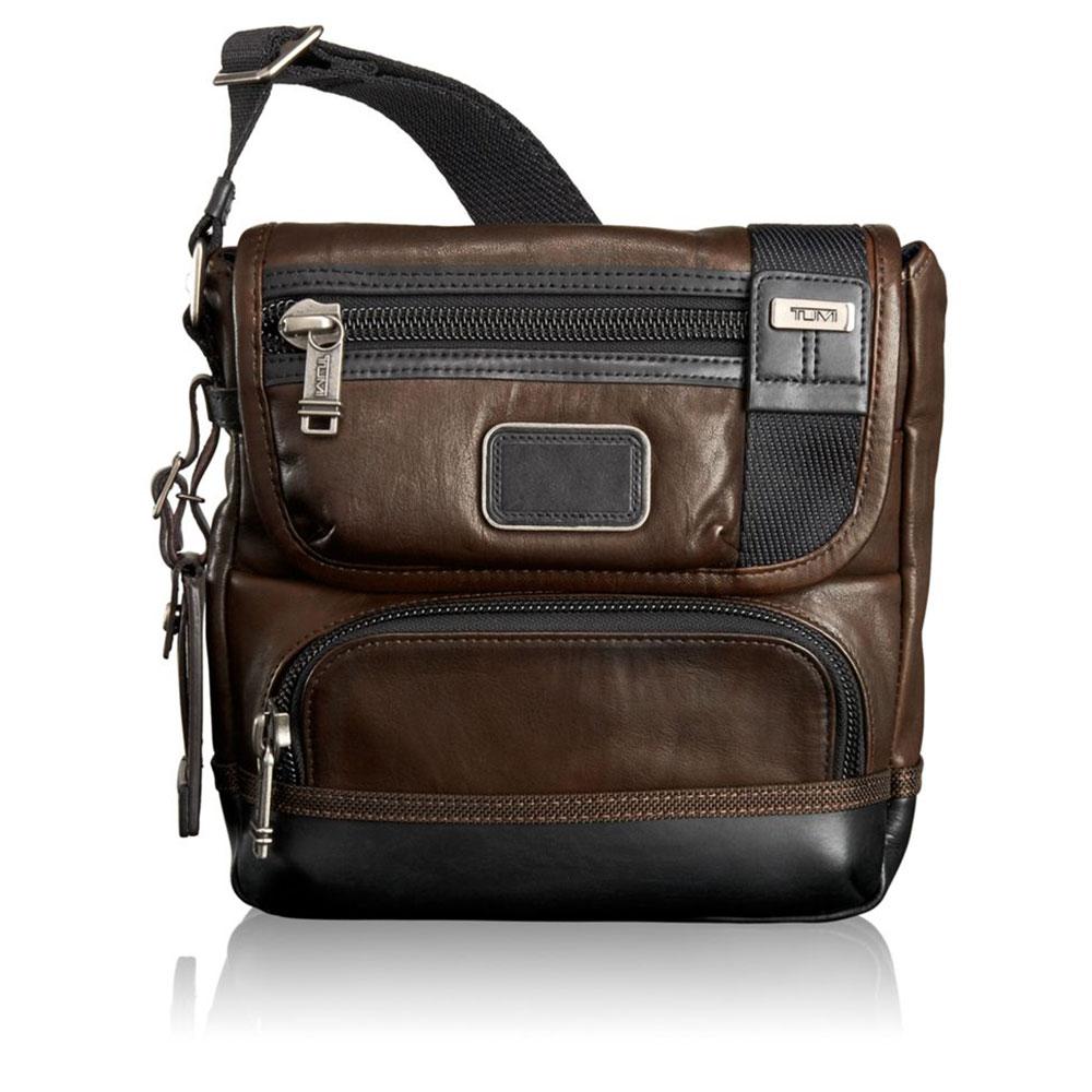 Tumi Alpha Bravo Barstow Leather Crossbody Dark Brown <br/>€ 345.00 <br/> <a href='http://tc.tradetracker.net/?c=10737&m=395139&a=107398&u=http%3A%2F%2Fwww.bagageonline.nl%2Ftumi-alpha-bravo-barstow-leather-crossbody-dark-brown.html%3Futm_campaign%3Dfeed' target='_blank'>Bestellen</a>
